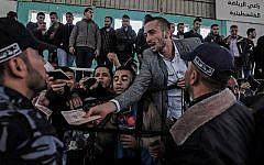 Des palestiniens rassemblés au point de passage de Rafah alors qu'il attendant pour se rendre en Egypte après que le passage a été ouvert pour trois jours pour des cas humanitaires, dans le sud de la bande de Gaza, le 12 avril 2018.  (AFP PHOTO / SAID KHATIB)
