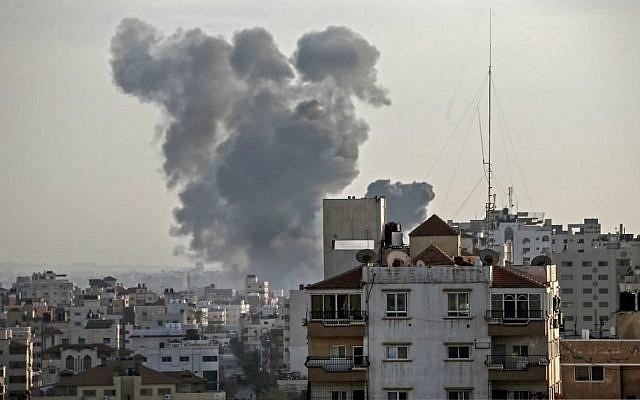 De la fumée s'échappe au-dessus des bâtiments lors d'une frappe aérienne d'Israël sur Gaza ville en riposte à des tirs de roquettes en provenance de l'enclave côtière le 4 mai 2019. (Mahmud Hams / AFP)
