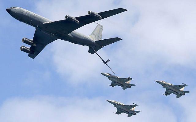 Un Boeing israélien de l'Armée de l'Air KC-135 stratotanker et des avions de combat F-16 en démonstration lors d'un spectacle aérien à Tel Aviv le 9 mai 2019, alors qu'Israël célèbre son 71ème Jour d'Indépendance. (Jack Guez/AFP)