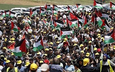 """Des arabes israéliens agitent les drapeaux palestiniens alors qu'ils participent à l'événement annuel de la """"Marche du retour"""" tenu le Jour d'Indépendance d'Israël, à proximité de la ville du nord d'Umm al-Fahm, le 9 mai 2019. (Ahmad Gharabli/AFP)"""