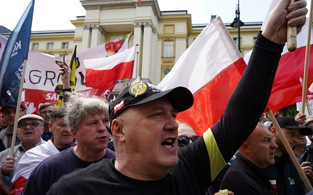 Des manifestants d'extrême droite protestent contre le projet de loi de restitution de la Shoah 447 du sénat américain, à Varsovie le 11 mai 2019. (Alik KEPLICZ / AFP)