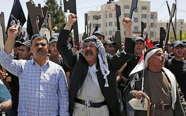 Des Palestiniens tiennent des morceaux de carton en forme de clef alors qu'ils participent à une manifestation pour marquer le 71ème anniversaire de la 'Nakba', ou catastrophe, le 15 mai 2019 à Ramallah en Cisjordanie.(ABBAS MOMANI / AFP)