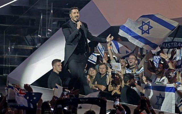 """L'Israélien Kobi Marimi chante """"Home"""" lors de la grande finale de la 64ème Edition de l'Eurovision 2019 à l'Expo de Tel Aviv le 18 mai 2019. (Jack GUEZ / AFP)"""