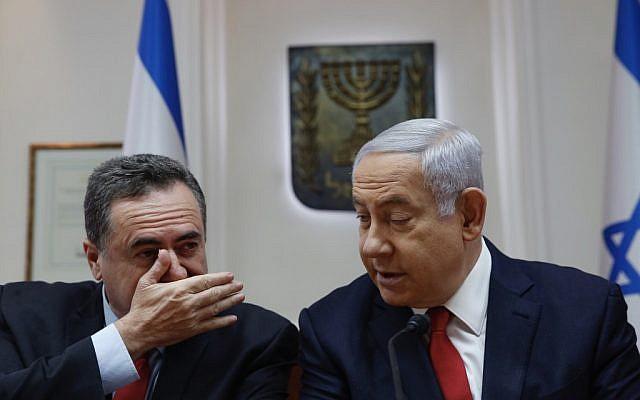 Le Premier ministre Benjamin Netanyahu (droite) écoute le ministre des Transports Yisrael Katz lors de la rencontre hebdomadaire du cabinet au bureau du Premier ministre à Jérusalem le 19 mai 2019. (Ariel Schalit / various sources / AFP)