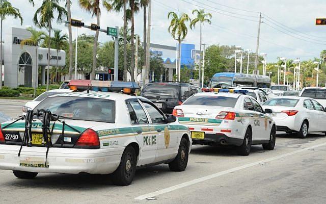 Des véhicules de police sont pris dans des embouteillages alors que la population quitte la ville à l'approche de l'ouragan Iram à Miami en Floride le 8 septembre 2017. (Michele Eve Sandberg/AFP)