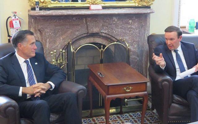 Le sénateur Mitt Romney, à gauche, et Chris Murphy au Capitol discutent de leur récente tournée au Moyen-Orient, le 30 avril 2019. (Ron Kampeas/JTA)
