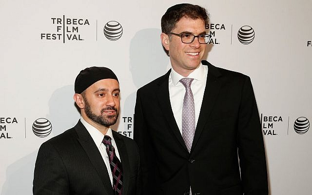 Khalid Latif (gauche), directeur exécutif du Centre islamique au NYU, et le rabbin Yehuda Sarna, du Centre Bronfman pour la Vie étudiante juive, participent au festival du Film Tribeca dans la ville de New York, le 17 avril 2014. (Emal Countess/Getty Images pour l'édition 2014 du festival du Film Tribeca via JTA)
