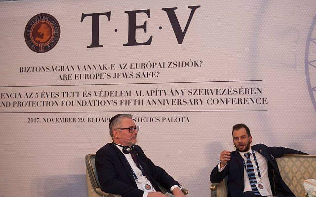 Szalai Kálmán (gauche), chef de la Fondation pour l'Action et la Défense (TEV), lors d'une conférence de l'organisation, le 29 novembre 2017 à Budapest en Hongrie (Crédit : Facebook)
