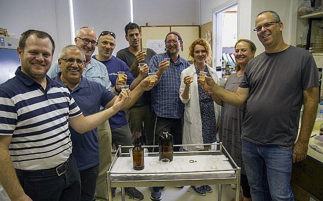 Dégustation de bière de style biblique produite à partir d'anciennes traces de levure dormante pendant des milliers d'années. (Yaniv Berman/ Crédit: Autorité des Antiquités d'Israël)