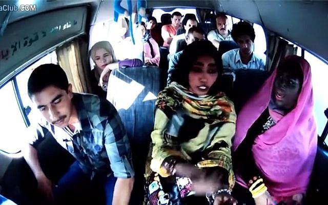Capture d'écran d'un sketch d'une Egyptienne grimée en Noire pour imiter une Soudanaise dans un sketch télévisé, qui a fait polémique, en mai 2019. (Crédit : YouTube)