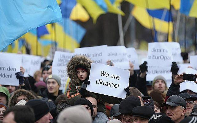 Des participants de la Marche de la Dignité se rassemblent sur la Place d'indépendance de Maidan à Kiev pour des cérémonies marquant le premier anniversaire de la Révolution de Maidan qui ont conduit au départ du président ukrainien Viktor Yanukovic, le 22 février 2015. (Sean Gallup/Getty Images)
