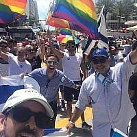 Le consul général israélien à Miami Lior Hayat (en casquette bleue) à la parade de la Gay pride de Miami. (Facebook)