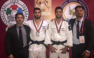 Tohar Butbul (deuxième à gauche) et Sagi Muki (deuxième à droite) lors du grand slam de Bakz le 11 mai 2019 (Crédit :Fédération israélienne de Judo)