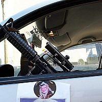 Zakaria Zubeidi, alors commandant de l'aile terroriste du Fatah, les Brigades des Martyrs d'Al-Aqsa, est assis dans une voiture décorée avec un poster de l'ancien leader palestinien Yasser Arafat, dans la ville de Jenin au nord de la Cisjordanie, le 2 décembre 2004. (AP Photo/Mohammed Ballas)