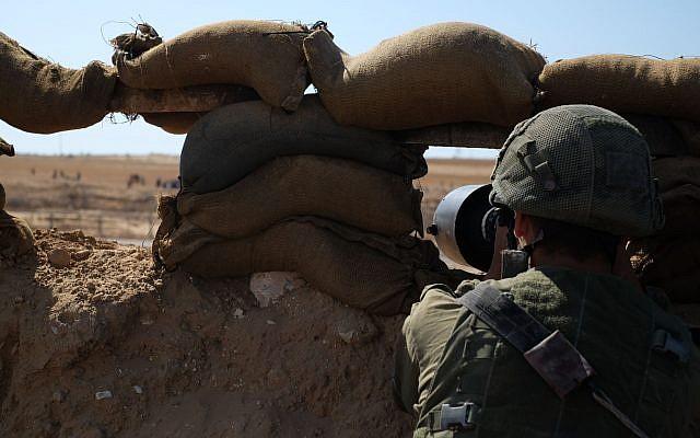 Des soldats israéliens montent la garde le long de la frontière est de la ville de Rafah dans le sud de la bande de Gaza lors des manifestations du Jour de Nakba, le 15 mai 2019. (Judah Ari Gross/Times of Israel)