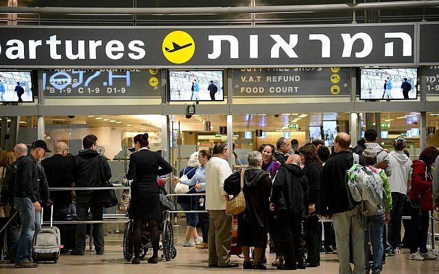 Des passagers attendent à l'entrée du hall de départ de l'aéroport international Ben-Gurion le 22 avril 2013. (Yossi Zeliger/FLASH90)