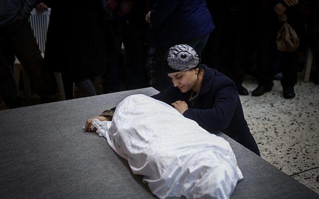Adva Bitton à l'enterrement de sa fille de 4 ans Adèle, le 18 février 2015.  (Crédit: Yonatan Sindel/FLASH90)