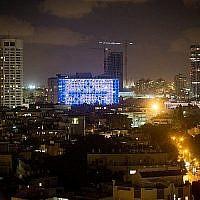 Le drapeau israélien est exposé sur le bâtiment municipal de Tel Aviv, le 21 juin 2015. (Miriam Alster/Flash90)