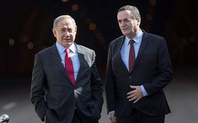 Le Premier ministre Benjamin Netanyahu et le ministre des Transports Yisrael Katz (gauche) participent à la cérémonie d'ouverture de la Route 1 à proximité de Jérusalem le 19 janvier 2017. (Yonatan Sindel/Flash90)
