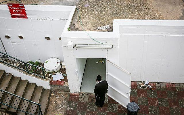 Un homme passe à côté d'un abri anti bombe dans la ville du nord d'Israël de Sefed, le 4 décembre 2018. (David Cohen/Flash90)