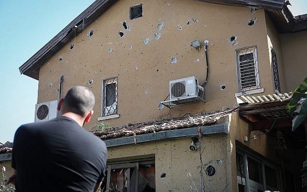 La maison de Moshe Agadi, âgé de 58 ans, qui a été décédé des suites de ses blessures d'obus après que sa maison a été touchée par une roquette tirée depuis la bande de Gaza à Ashkelon, dans le sud d'Israël le 5 mai 2019. (Noam Rivkin Fenton/Flash90)
