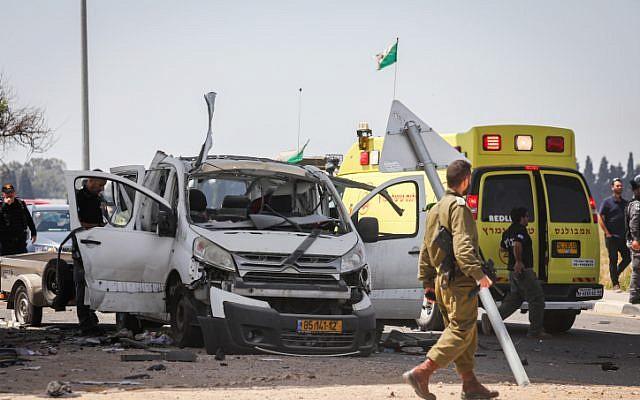 Photo de la scène où une voiture a été frappée par une roquette tirée de la bande de Gaza à proximité de la frontière entre Israël et Gaza le 5 mai 2019. (Noam Rivkin Fenton/Flash90)