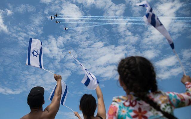 Les gens à la plage Bograshov à Tel Aviv observent la démonstration aérienne de l'armée pour le 71 ème Jour de l'Indépendance, le 9 mai 2019. (Hadas Parush/Flash 90)