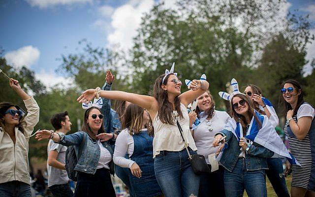 Des gens célèbrent le 71ème Jour de l'Indépendance au parc Saker à Jérusalem, le 9 mai 2019. (Yonatan Sindel/Flash90)