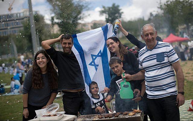 Un barbecue israélien à Jérusalem alors qu'Israël célèbre le 71ème Jour de l'Indépendance  le 9 mai 2019. (Yonatan Sindel/Flash90)