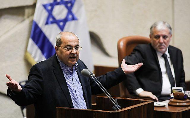 Le député Ahmad Tibi, chef du parti Taal, s'exprime lors d'un débat sur un projet de loi pour dissoudre le parlement, à la Knesset, à Jérusalem le 29 mai 2019.(Hadas Parush/Flash90)