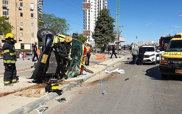 Six personnes ont été blessées dans une collision entre une ambulance, une voiture et un piéton à Beer-Sheva, le 11 mai 2019. (Crédit: police israélienne)