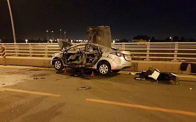 L'épave d'un voiture après une possible attaque à la voiture piégée liée au milieu de la pègre à Hadera, le 15 mai 2019. (Crédit : porte-parole de la police)