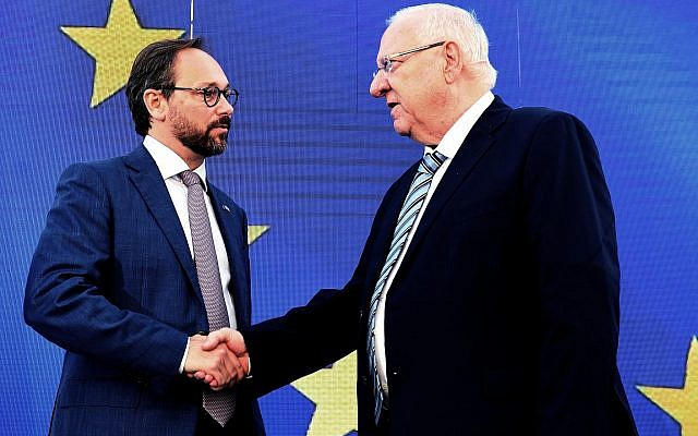 Le président Reuven Rivlin (droite) et l'ambassadeur de l'Union européenne en Israël Emanuele Giaufret lors d'un événement à Tel Aviv le 15 mai 2019. (Mark Neiman/GPO)