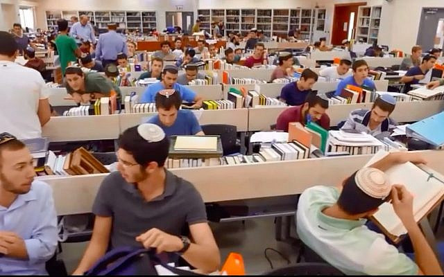 Des étudiants de l'académie de préparation militaire Bnei David dans une salle d'étude. (Capture d'écran : YouTube)