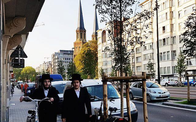 Deux Juifs marchent dans une rue d'Antwerp en Belgique, le 22 août 2018. (Cnaan Liphshiz)