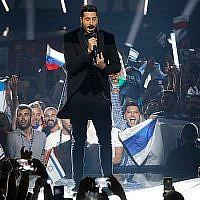 """Kobi Marimi d'Israël interprète la chanson """"Maison"""" lors du grand final du concours de l'Eurovision 2019, le 18 mai 2019. (AP Photo/Sebastian Scheiner)"""