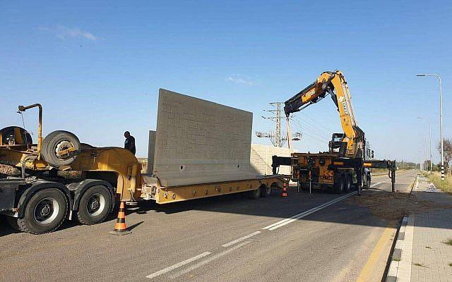 Image de l'installation d'un mur de protection d'une route israélienne qui se situe à proximité du nord de la bande de Gaza.