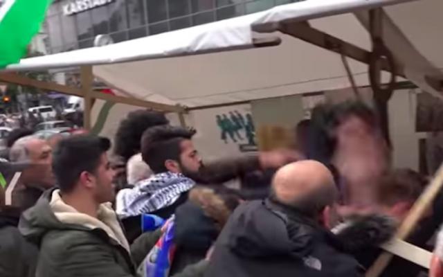 Une vidéo sans date montre un homme qui est agressé à un événement anti-Israël à Berlin. (Capture d'écran de Ruptly via YouTube)