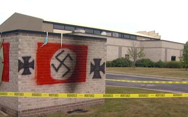 Des graffiti antisémites retrouvés sur une synagogue à Carmel, Indiana, en juillet 2018. (Capture d'écran : WISH)