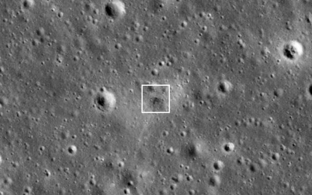 Le site d'impact de Bereshit comme on peut le voir par LROC 11 jours après la tentative d'alunissage manquée. La date en bas à gauche indique quand l'image a été prise.  ( NASA/GSFC/Université d'état d'Arizona)