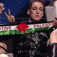 Le candidat de l'Islande Hatari tient des drapeaux palestiniens lors de l'Eurovision à Tel Aviv, le 10 mai 2019. (Capture d'écran YouTube)