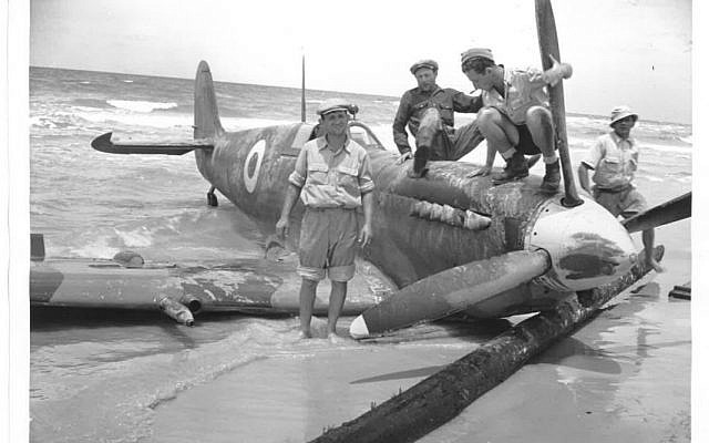 Des soldats israéliens inspectent un avion égyptien qui s'est craché sur la plage de Tel Aviv. Une des 26 photos de la rare collection sur  la Guerre d'Indépendance de 1948 qui est mise en vente aux enchères en mai 2019 à Jérusalem (Crédit : Maison d'enchères Kedem)