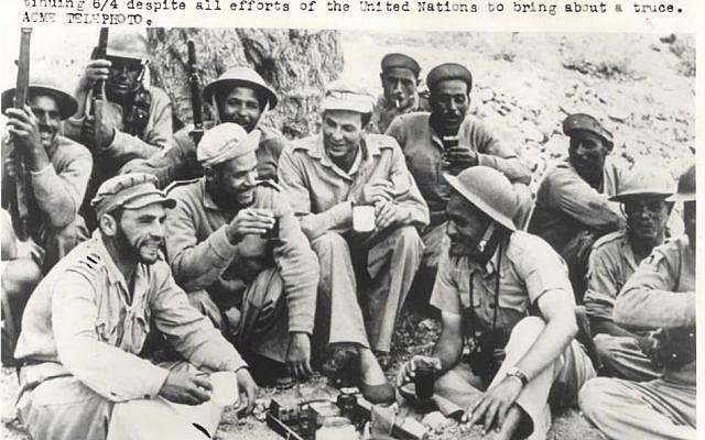 """Une photo montrant des soldats égyptiens qui se reposent pendant des combats de la Guerre d'Indépendance. Une collection de photos """"rares""""  de la guerre est mise en vente aux enchères en mai 2019 à Jérusalem (Crédit : Maison d'enchères Kedem)"""