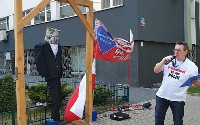 """Le militant polonais Sławomir Dul pend l'effigie du politicien communiste défunt Jakub Berman, qu'il appelle le """"Juif"""", à Lodz le 30 avril 2019. (Capture d'écran : Youtube)"""