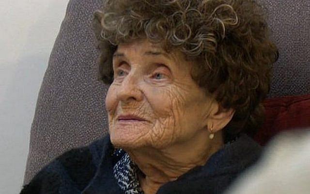 Martha Motzen, lors d'une récente session d'étude de la Torah chez elle, à Petah Tikva. (Capture d'écran de la Douzième chaine)