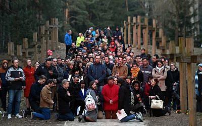 Des Biélorusses participent à une prière publique au site mémoriel de Kuropaty à Minsk, Biélorussie, le 4 avril, 2019. (Crédit : Sergei Gapon/AFP/Getty Images/via JTA)