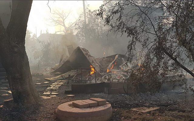 Le feu ravage la ville de Mevo Modiim, dans le centre du pays, le 23 mai 2019 (Crédit : Sapeurs-pompiers israéliens)