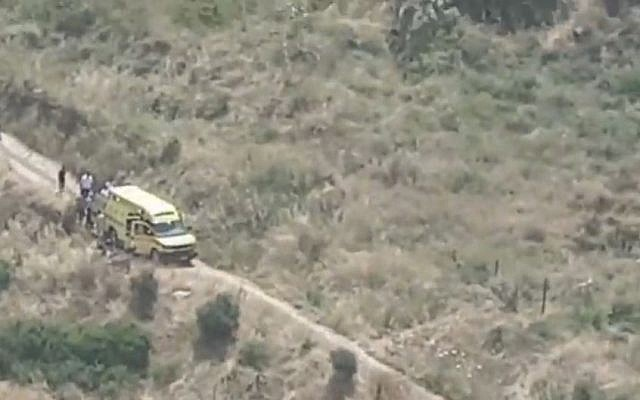 Des sauveteurs près du kibboutz Heftsiba dans le nord d'Israël, le 4 mai 2019, après un accident de 4x4 ayant fait trois mortes et une blessée grave. (Capture écran : Douzième chaîne)