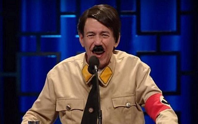 L'acteur Gilbert Gottfried joue Adolf Hitler dans un épisode controversé de la nouvelle série comique de Netflix, Historical Roasts, le 27 mai 2019. (Crédit : capture écran/YouTube)