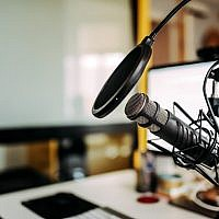 Illustration : un studio de podcast. (Crédit : iStock)